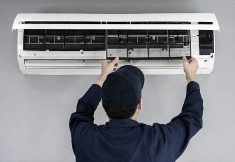 Un tecnico RAM Gas ripara l'aria condizionata