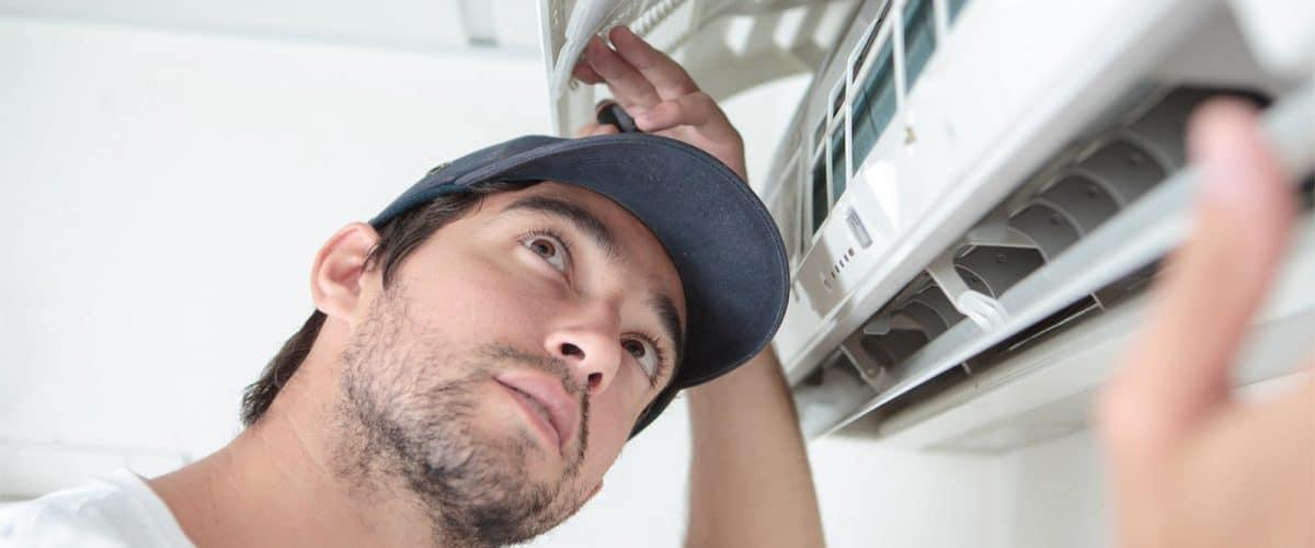 Tecnico ripara l'aria condizionata in provincia di Brescia