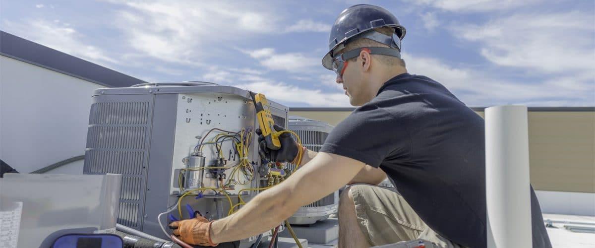 Un tecnico RAM Gas ripara un guasto all'impianto di VMC