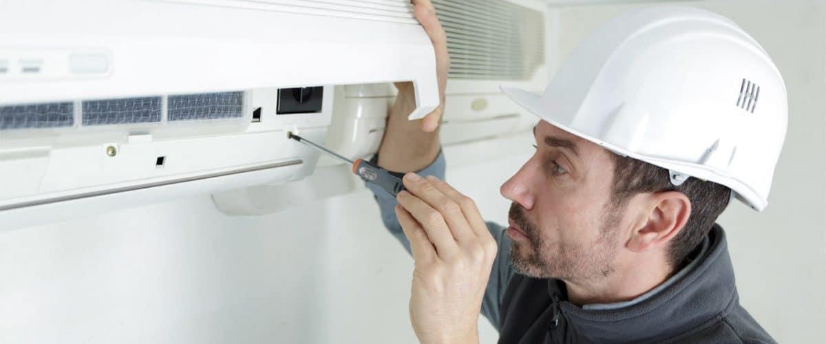Un tecnico di RAM Gas interviene su una pompa di calore a Brescia
