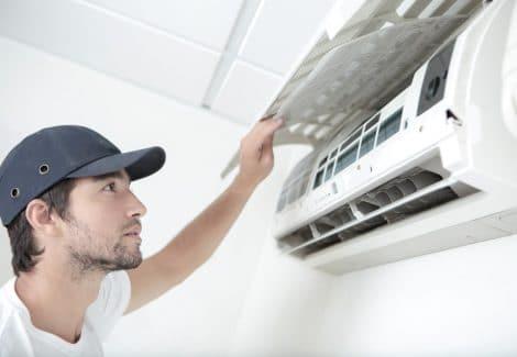 Un tecnico di RAM Gas interviene su un climatizzatore