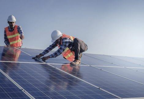 Un tecnico esperto interviene su un impianto solare termico